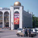 Горожане на площади Ала-Тоо, после завершения режима чрезвычайного положения в Бишкеке