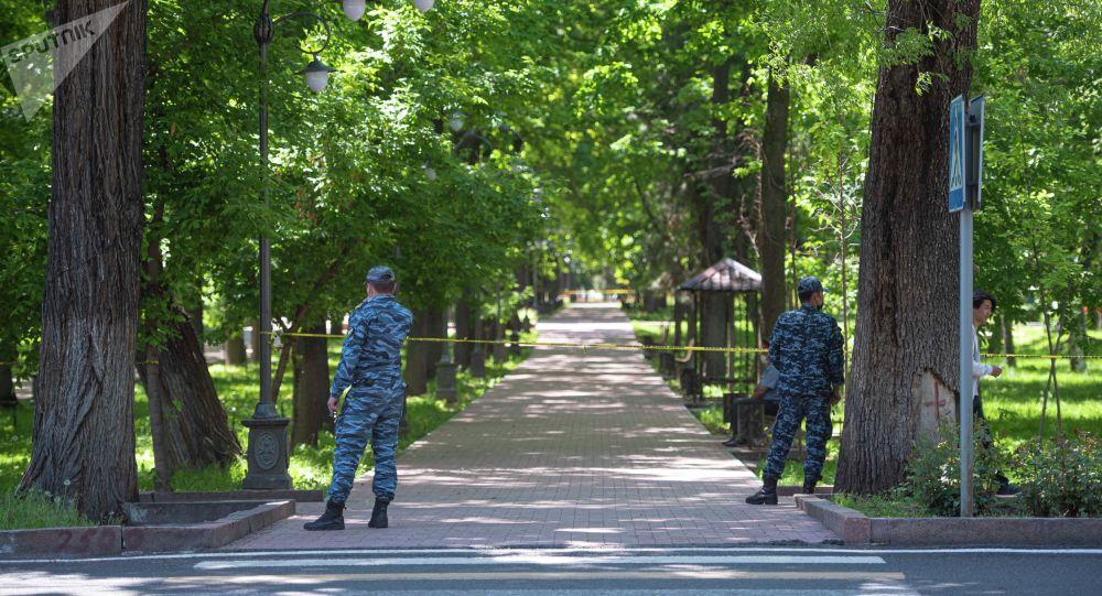 Сотрудники правоохранительных органов стоят на одной из улиц, после завершения режима чрезвычайного положения в Бишкеке