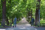 Сотрудники правоохранительных органов стоят на проспекте Эркиндик в Бишкеке. Архивное фото
