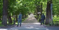 Сотрудники правоохранительных органов стоят на бульваре Эркиндик. Архивное фото