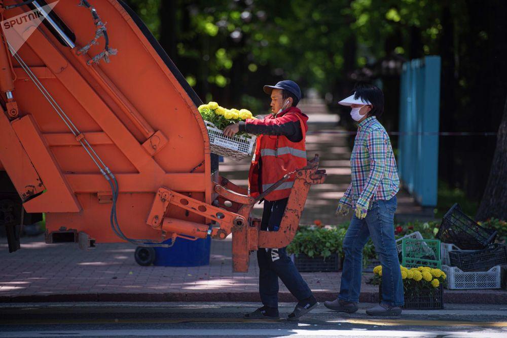 Сотрудники коммунальных служб во время работы, после завершения режима чрезвычайного положения в Бишкеке