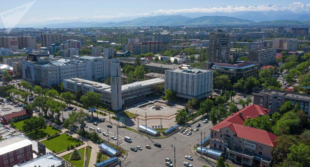 Вид на пересечение проспекта Чуй и улицы Абдрахманова в Бишкеке. Архивное фото