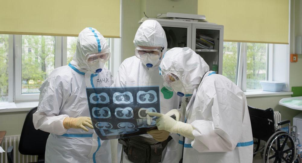 Врачи во время работы в больнице смотрят снимок легких пациента. Архивное фото