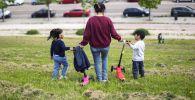 Женщина с детьми в одном из парков