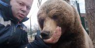 В YouTube опубликовано видео с урчащим медведем. Некоторые пользователи сравнили звуки, издаваемые ручным хищником, с работой двигателя мотоцикла.