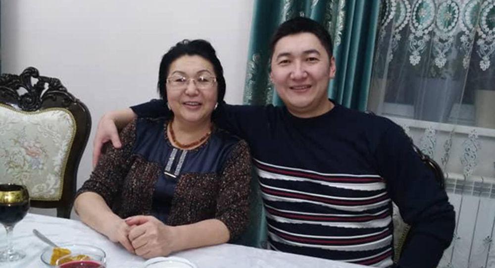 Умершая от коронавируса руководитель группы семейных врачей № 3 Жузумкан Кокумбаева с сыном Максат Султакеевым. Архивное фото