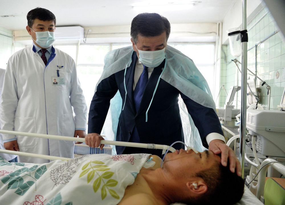Президент Сооронбай Жээнбеков навестил военнослужащих, получивших ранения в ходе недавнего приграничного инцидента