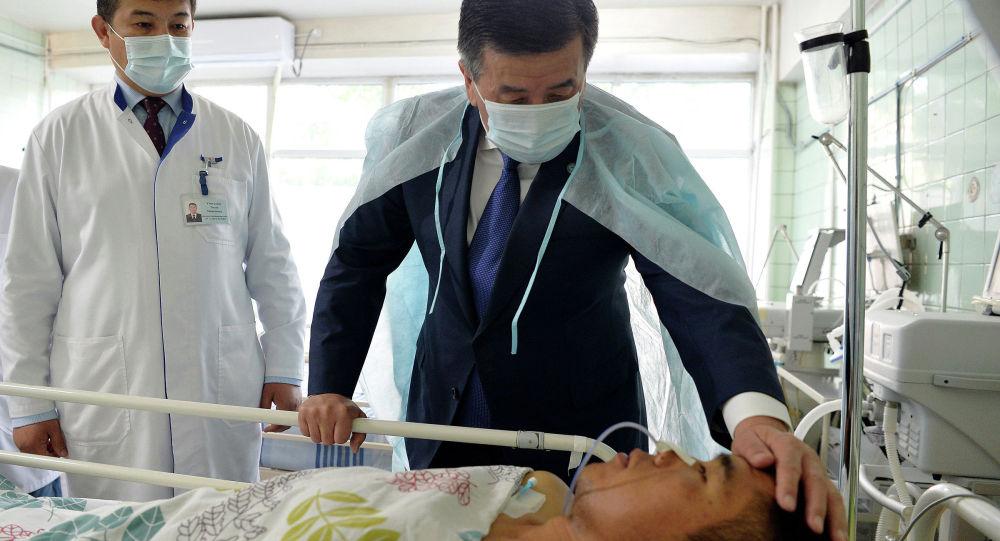 Сооронбай Жээнбеков Баткен облусундагы кыргыз-тажик чек арасында болгон жаңжалда жаракат алган аскер кызматкерлеринен кабар алды