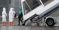 Сотрудники аэропорта встречают пассажиров. Архивное фото