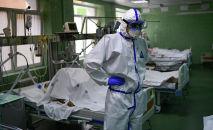 Врач и пациенты в отделении реанимации и интенсивной терапии больницы. Архивное фото