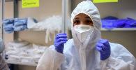 Медицинский работник одевает средства индивидуальной защиты. Архивное фото