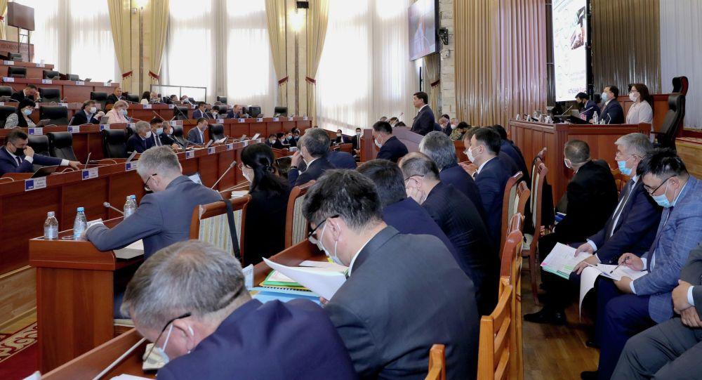 Члены правительства и депутаты на заседании ЖК. Архивное фото