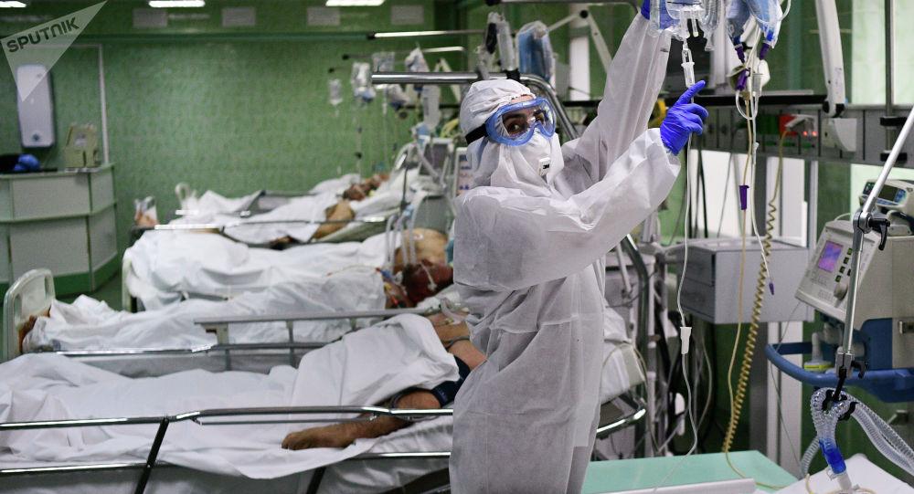 Врач и пациенты в отделении реанимации. Архивное фото