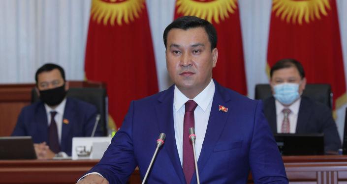 Получивший мандат депутата ЖК от фракции Кыргызстан Жаныбек Жоробаев во время принесения присяги