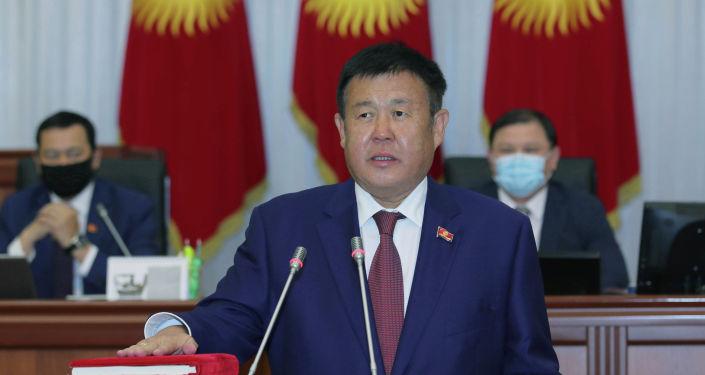 Получивший мандат депутата ЖК от фракции Кыргызстан Шаршенбек Абдыкеримов во время принесения присяги
