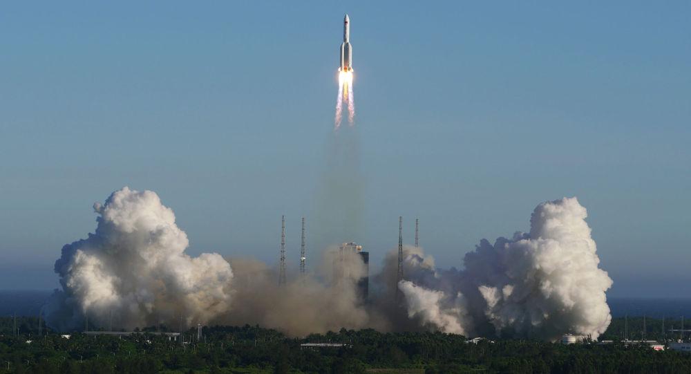 Ракета-носитель Long March 5B взлетает с космодрома Вэньчан в Вэньчане, провинция Хайнань. Китай. Архивное фото
