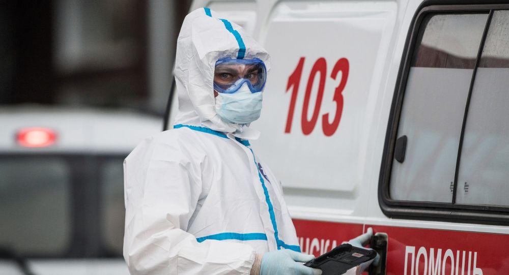 Медик у машины скорой помощи в карантинном центре в Коммунарке. Архивное фото
