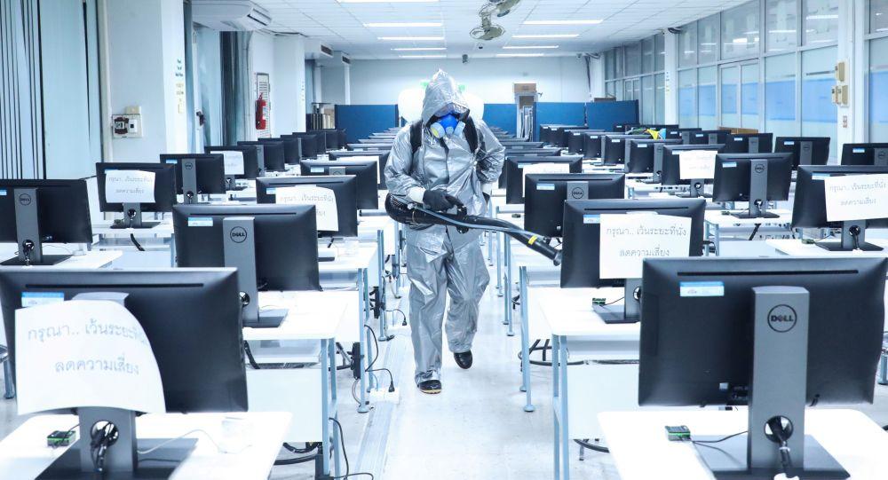 Дезинфекция офисного помещения. Архивное фото