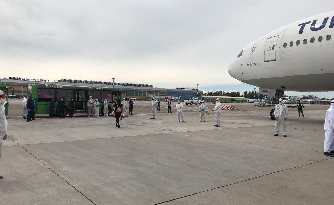В Международном аэропорту Манас 15 мая встретили чартерный рейс Стамбул — Бишкек, в котором возвращены 330 кыргызстанцев