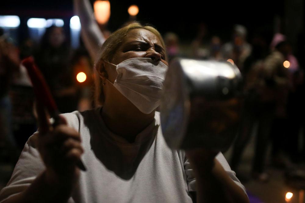 Родственники заключенных протестуют перед тюрьмой в Боготе (Колумбия) против переполненности тюрем на фоне вспышки коронавируса