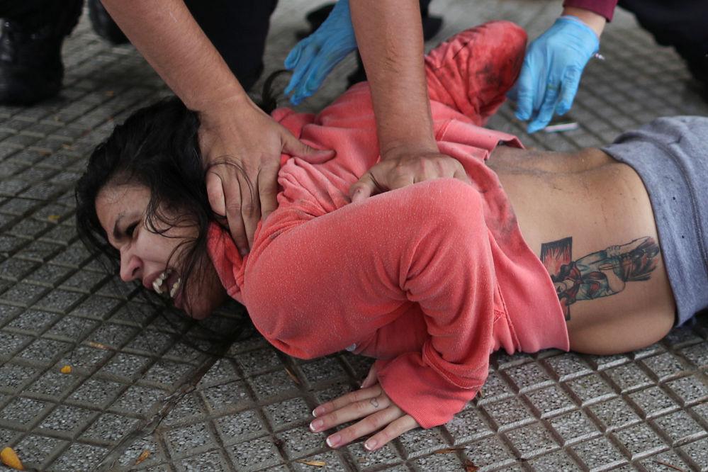 В Буэнос-Айресе (Аргентина) прошли акции протеста родственников заключенных. Они требовали принять меры против распространения коронавируса.  На фото: полицейские задерживают протестующих.