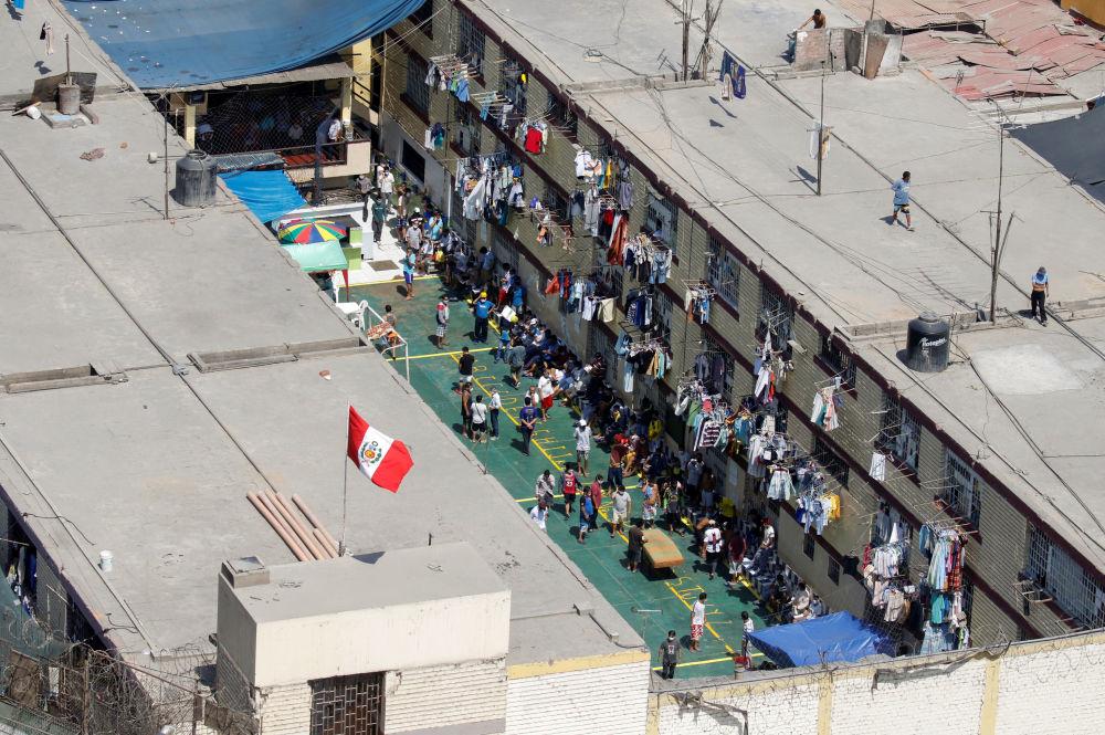 В одной из тюрем в Перу тоже вспыхнули беспорядки. Осужденные требовали провести тестирование на коронавирус.  На фото: тестирование заключенных в Лиме.