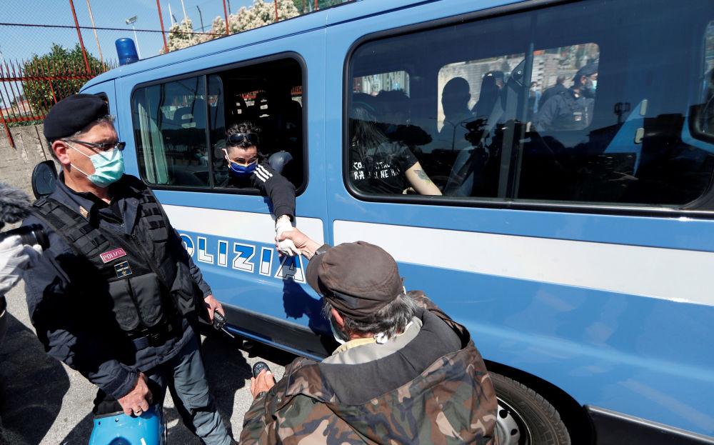 У тюрьмы Ребиббия в Риме (Италия) прошли митинги — участники требовали улучшения санитарных условий для заключенных
