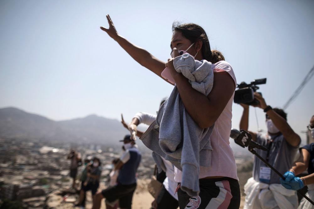 Родственница заключенного в Лиме (Перу), где произошли беспорядки в одной из тюрем