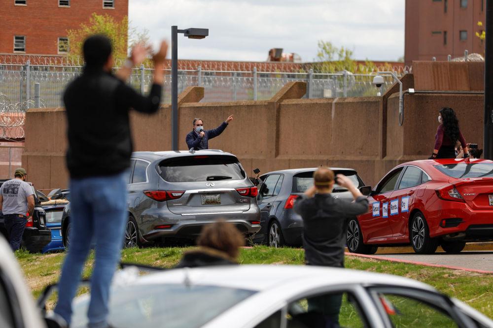 В Вашингтоне (США) прошел моторизованный протест возле здания исправительного учреждения. Участники требовали улучшения санитарных условий в тюрьме.