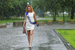 Выпускница идет по улице во время дождя. Архивное фото