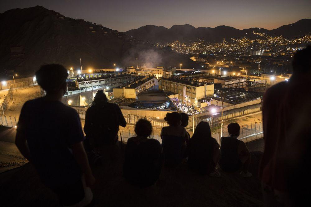 Вид на тюрьму в Лиме (Перу), где заключенные подняли бунт из-за коронавируса