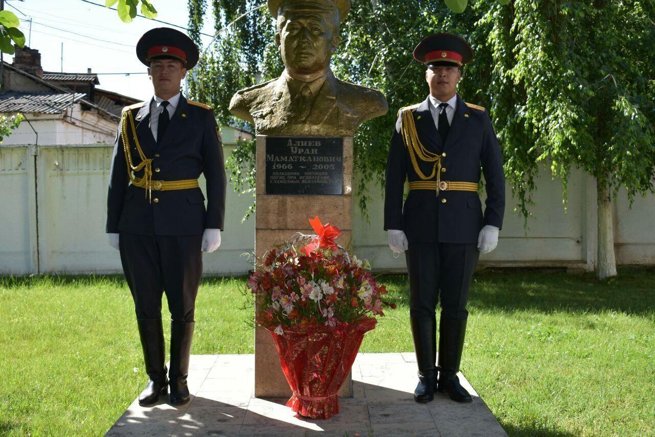 Возложены венки к статуям сотрудников милиции, погибших при исполнении служебных обязанностей в Ошской области. 15 мая 2020 года