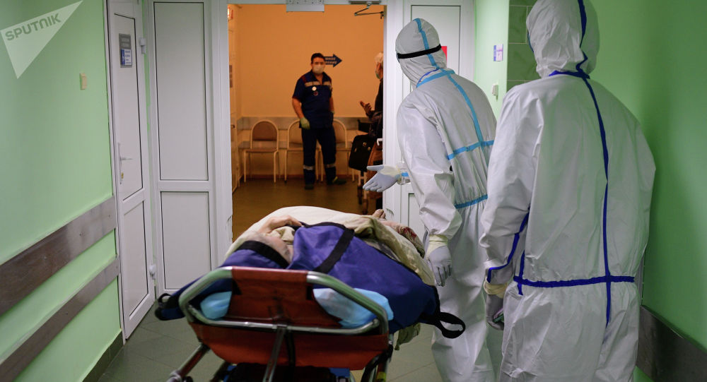 Медицинские работники везут пациента на каталке. Архивное фото