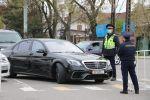 Сотрудники патрульной милиции регулируют движение на блокпосту в Бишкеке