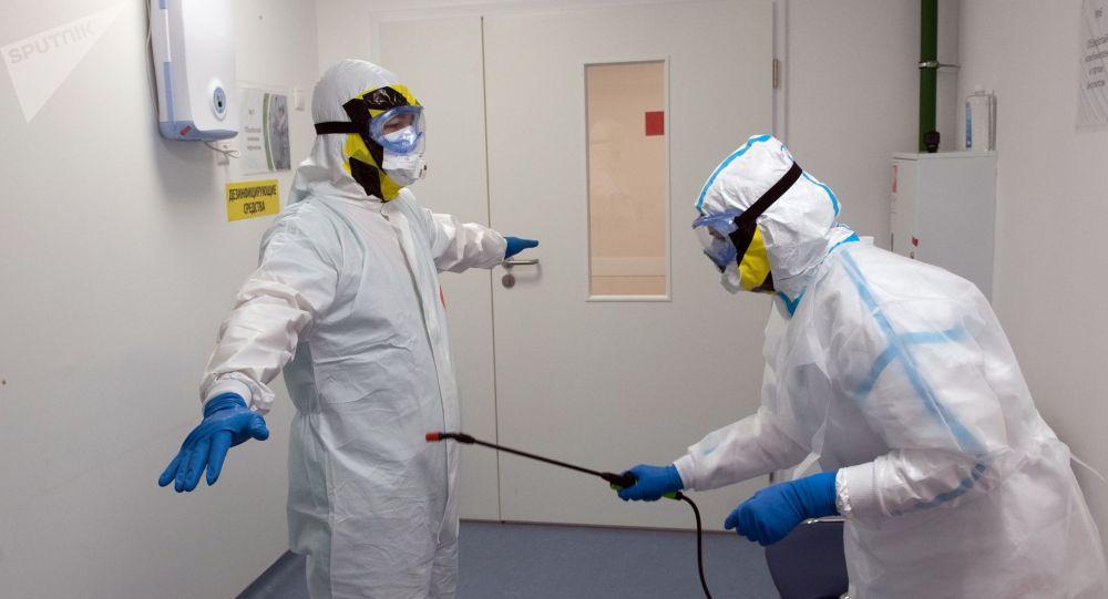 Сотрудники медицинского исследовательского центра проходят антибактериальную обработку. Архивное фото