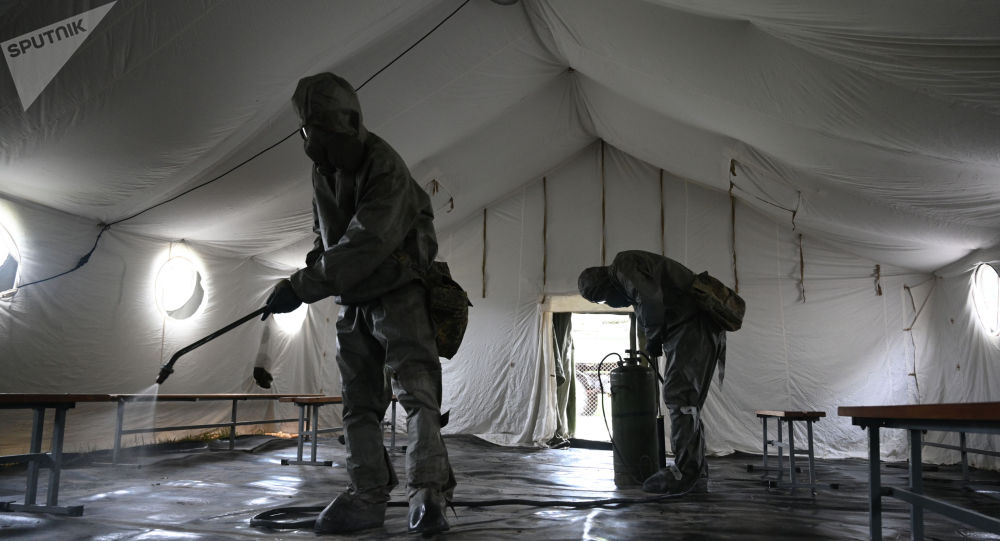 Военнослужащие подразделения дезинфицируют помещение. Архивное фото