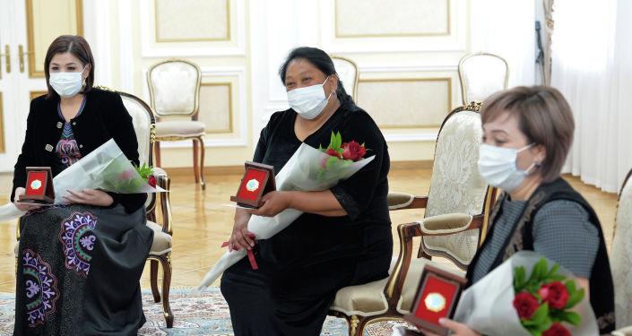 Президент Кыргызской Республики Сооронбай Жээнбеков сегодня, 16 мая, в преддверии Дня матери встретился с многодетными матерями страны.
