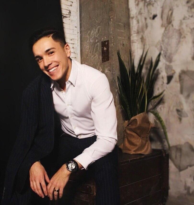 Семикратный чемпион Кыргызстана по бальным танцам, основатель имидж-студии для бальных танцев, владелец барбершопа Рустам Резванов