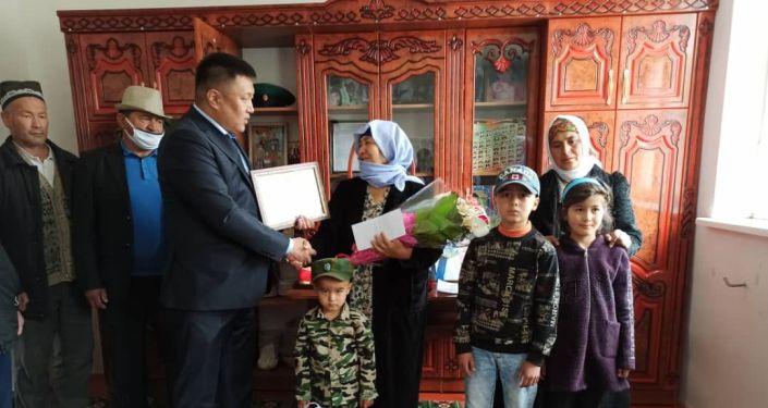 Матери успешных и прославленных кыргызстанцев в преддверии Дня матери получили поздравления и памятные подарки от имени Президента Кыргызской Республики Сооронбая Жээнбекова.