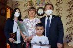 Президент Сооронбай Жээнбеков атынан элге таанылган сыймыктуу уул-кыздарды тарбиялаган энелерди сыйланды