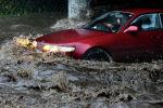 Автомобиль едет по затопленной дороге. Архивнео фото