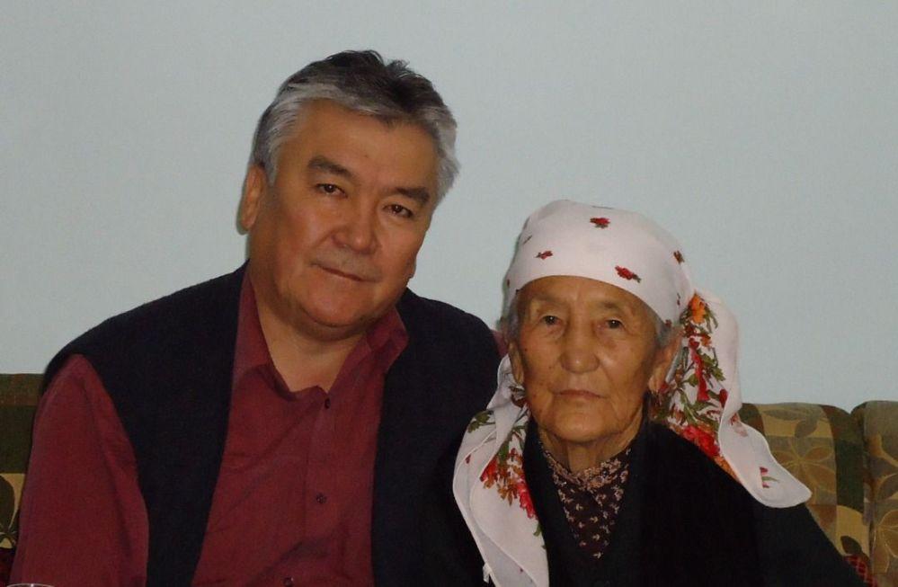 Министр здравоохранения КР Сабиржан Абдикаримов со своей мамой Салимой Дарбановой