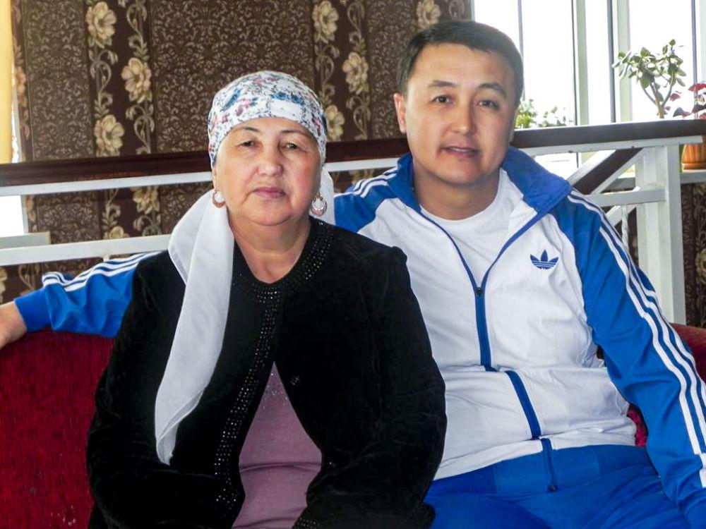 Министр чрезвычайных ситуаций Замирбек Аскаров с матерью Салией Турдуматовой