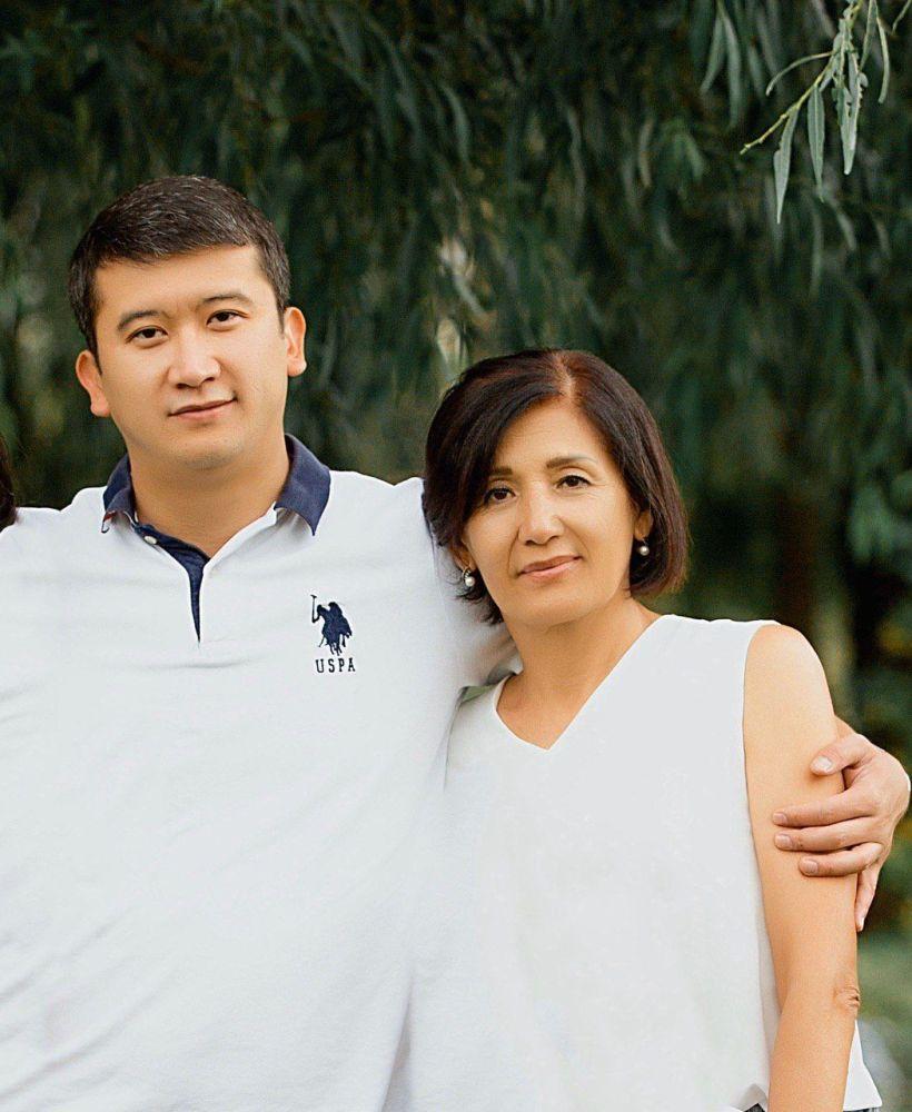 Заместитель директора Государственного агентства по делам молодежи, физической культуры и спорта Мирлан Парханов с матерью Гулжан Утуровой