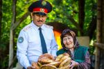 Комендант города Джалал-Абад и Сузакского района Женишбек Жоробеков с матерью Бунисей Жоробековой