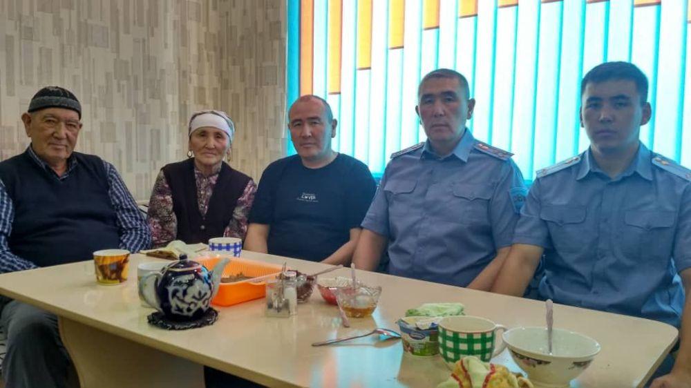 Комендант Оша, Ноокатского и Кара-Сууйского районов Малик Нурдинов со своими родными