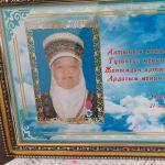 Апасы Шайырбүбү Мамырбаева 73 жашта. Төрт баланы чоңойткон. Улан Аалиев үйдүн жалгыз уулу.
