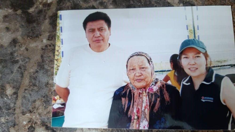 Полномочный представитель правительства в Нарынской области Эмильбек Алымкулов с матерью Табылкан Ашымовой