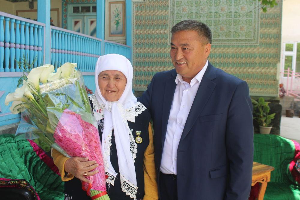 Өкмөттүн Баткен облусундагы өкүлү Алишер Абдрахманов апасы Сайдагүл Абдрахманова менен. Сайдагүл апа 80 жашта, 13 баланын апасы, 105 небере, чөбөрөнүн чоң энеси.
