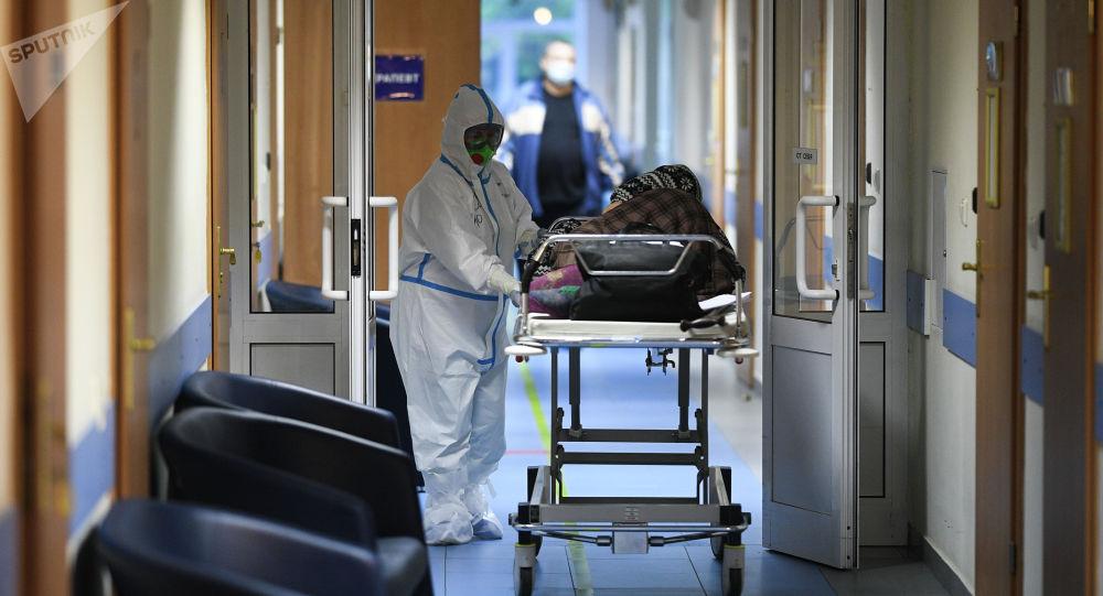 Врач и пациент в отделении больницы, где проходят лечение больные с COVID-19. Архивное фото